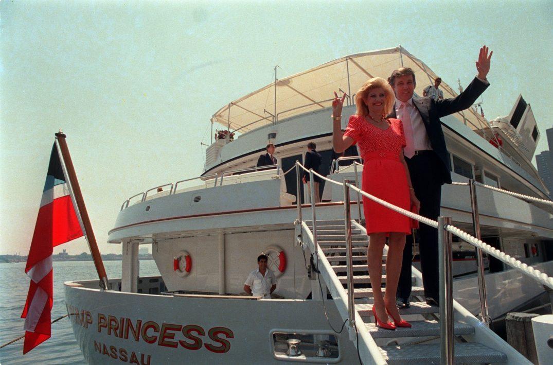 "Donald και Ivanna Trump, η τότε πριγκίπισσά του, το 1988 στο Trump Princess, πρώην Nabila, το θρυλικό ""Khashoggi's Ship"" δηλαδή."